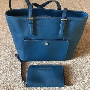 MK bag and wallet/wristlet set Like New!